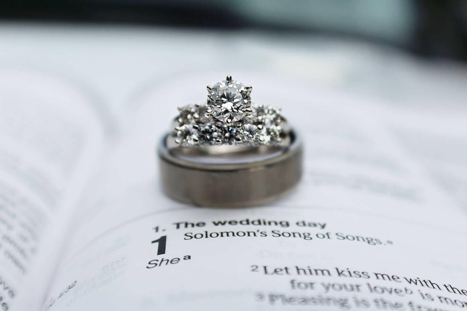 pierścionek z brylantem na zaręczyny